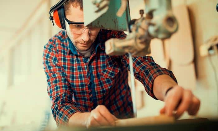 Cutting-wood-with-scroll-saw