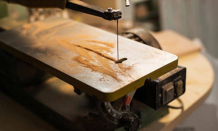 Scroll-saw-blade-cutting